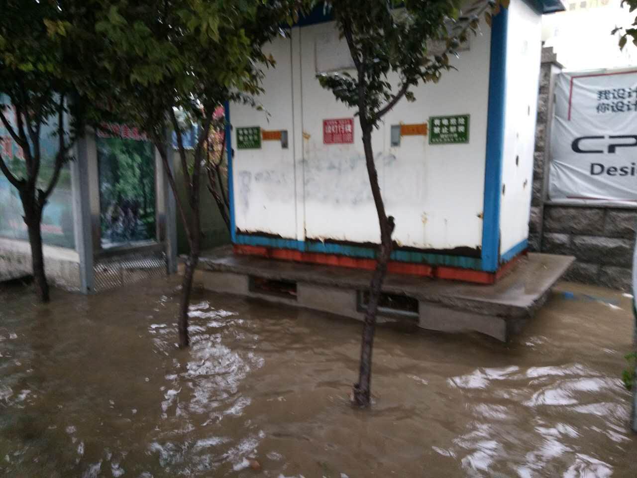 雨季现场拍摄的漏电风险点